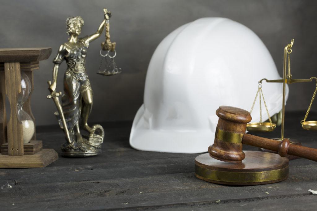 Kask ochronny otoczony symbolami sprawiedliwości